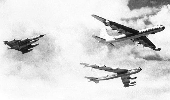 223_01_b36-b-52-b-58_1958_last-flight-b36_is_retired.jpg